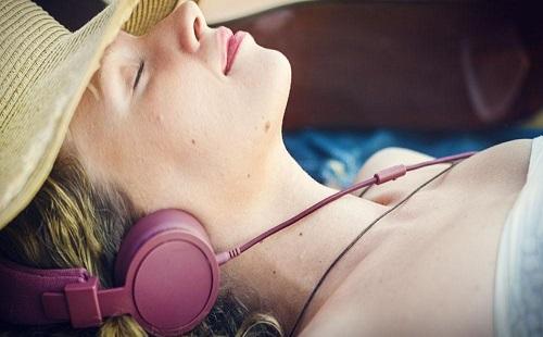 睡前听音乐改善睡眠